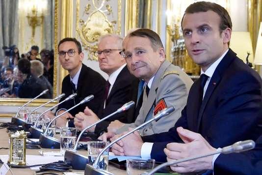 Le président de la République, Emmanuel Macron, et le chef d'état-major, le général Pierre de Villiers, côte à côte lors d'une réunion avec le président des Etats-Unis, Donald Trump, à l'Elysée, le 13 juillet.
