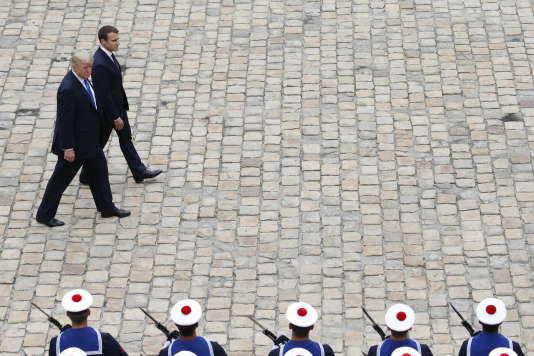 Emmanuel Macron accueil Donald Trump dans la cour des Invalides, le 13 juillet .