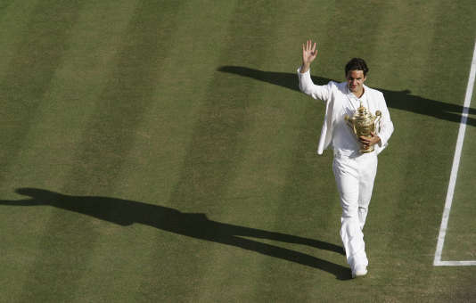 Roger Federer avec son trophée, en 2007.