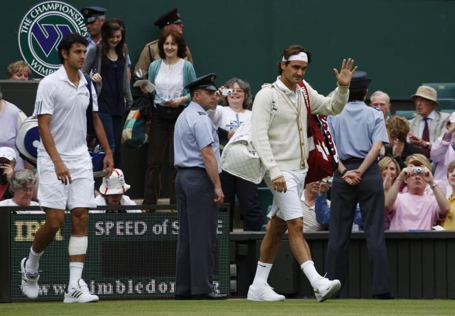 Vêtu d'un cardigan, Roger Federer fait son entrée sur le court, en quart de finale de Wimbledon 2008 contre Mario Ancic.