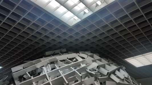 Le haut de la structure imaginée par l'artiste Wayne touche les faux-plafonds.