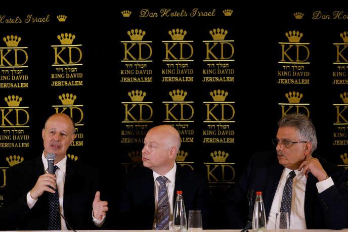 Tzachi Hanegbi (à gauche), ministre israélien de la coopération régionale, avec Jason Greenblatt (au centre), envoyé spécial du président américain,et Mazen Ghoneim, chef de l'Autorité de l'eau palestinienne, à Jérusalem, le 13 juillet.