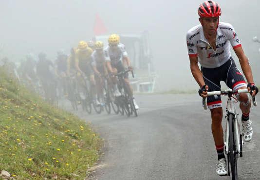 Alberto Contador à l'attaque devant le train du Team Sky, lors de l'étape Pau - Peyragudes du Tour de France 2017.