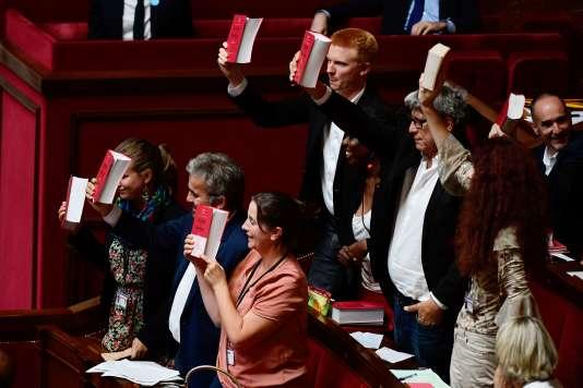 Les députés de La France insoumise brandissant le code du travail dans l'hémicycle, le 4 juillet.