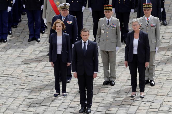 Au garde-à-vous lors d'une cérémonie militaire aux Invalides, le président Emmanuel Macron, la ministre des armées, Florence Parly; la secrétaire d'Etat auprès de la ministre des armées, Geneviève Darrieussecq; le chef d'état-major particulier du président,l'amiral Bernard Rogel; le chef d'état-major des armées, le généralPierre de Villiers et le gouverneur militaire de Paris, le généralde corps d'armée Bruno Le Ray.