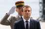 Emmanuel Macron et Pierre de Villiers, lors d'une cérémonie devant la tombe du soldat inconnu, à Paris le 14 mai.