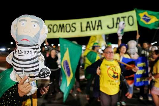 Des manifestants saluent la condamnation de Lula dans les rues de Brasilia, le 12 juillet.