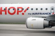 Un appareil opéré par Hop!, la filiale régionale d'Air France sur le tarmac de l'aéroport Paris-Orly.