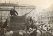 Le 5 mai 1920, à Moscou. Sur cette photo attribuée à Grigori Goldstein, Lénine s'adresse aux soldats de l'Armée rouge. On reconnaît à droite de la tribune Trotski et derrière lui Kamenev. Ce cliché, un des plus célèbres de la révolution, sera modifié par les censeurs, qui effaceront Trotski et Kamenev ou recadreront l'image.