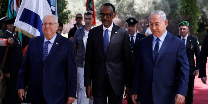Visite officielle du président rwandais Paul Kagamé à Jérusalem, le 10 juillet 2017 en présence du premier ministre Benyamin Nétanyahou (à droite) et du président israélien Réouven Rivlin (à gauche).