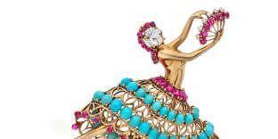 Clip de corsage ballerine, Van Cleef & Arpels, 1940. Entre 1940 et 1955, Van Cleef & Arpels confectionne des clips de corsage en forme de ballerines. Ce modèle de 1940 est orné de diamants, turquoises et rubis. « A la fin de la guerre, les bijoux sont très colorés et joyeux pour donner une ambiance plus légère, décrypte Julie Valade, directrice joaillerie chez Artcurial. Très peu de pièces de cette ligne se retrouvent en vente car les collectionneurs préfèrent les conserver. » Et chaque modèle est unique. Une première ballerine a été vendue aux enchères par Artcurial en janvier dernier pour 125 000 euros. Estimation : 60 000 et 80 000 euros.