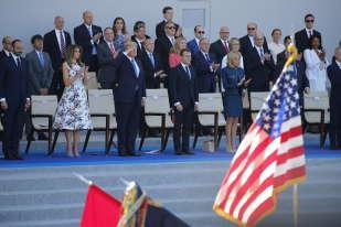 Vendredi, le président américain, Donald Trump, et le président français, Emmanuel Macron, se tenaient côte à côte dans la tribune présidentielle, lors du défilé du 14-Juillet, à Paris.