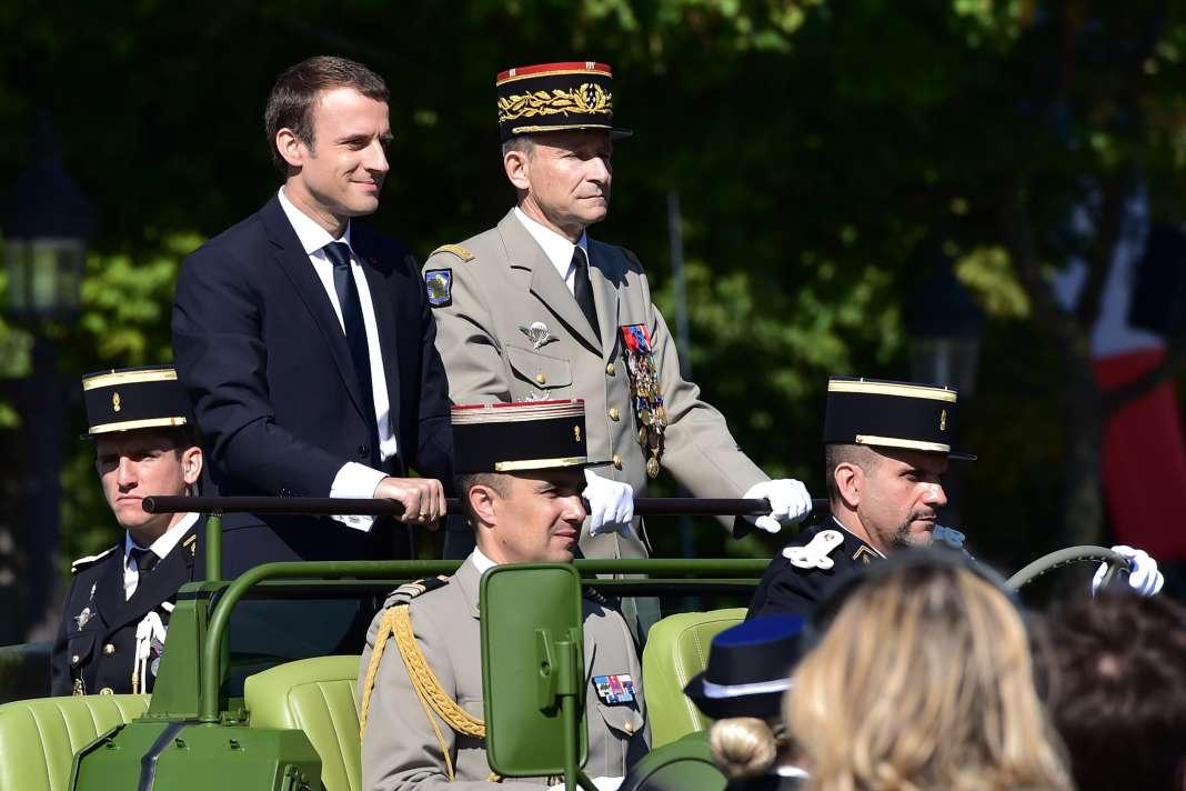 Le président Emmanuel Macron aux côtés du général Pierre de Villiers, le 14 juillet, à Paris.