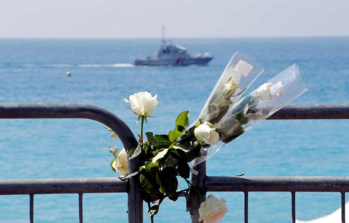 Un bouquet de fleurs posé devant la promenade des Anglais, le 14 juillet, pour l'anniversaire de l'attentat de Nice.