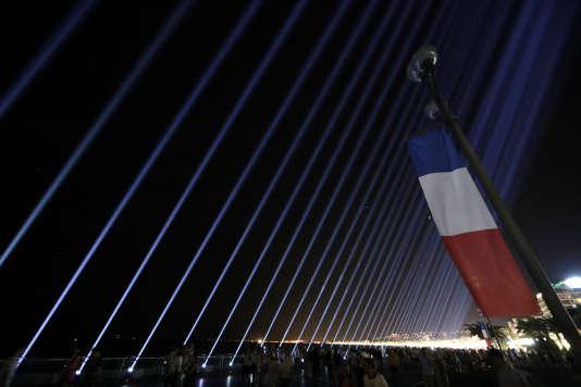 86 faisceaux ont illuminé le ciel de Nice vendredi, en hommage aux victimes de l'attentat du 14 juillet 2016. REUTERS/Eric Gaillard