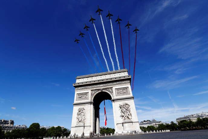 Des Alphajets de l'armée de l'air française passent au-dessus de l'Arc de triomphe, à Paris, lors du défilé du 14-Juillet.