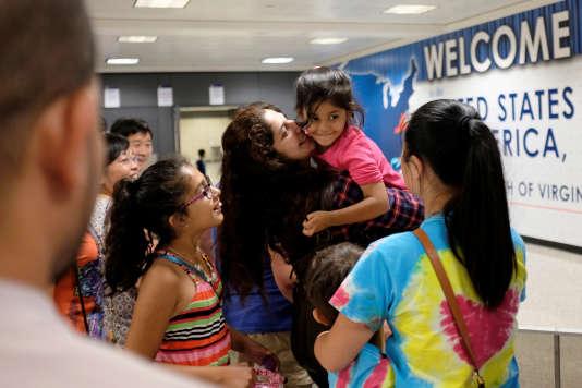Un juge fédéral a décidé jeudi que le décret anti-immigration ne pouvait interdire les grand-parents et petits-enfants de citoyens américains d'entrer aux Etats-Unis. Washington Dulles International Airport, le 14 juillet.