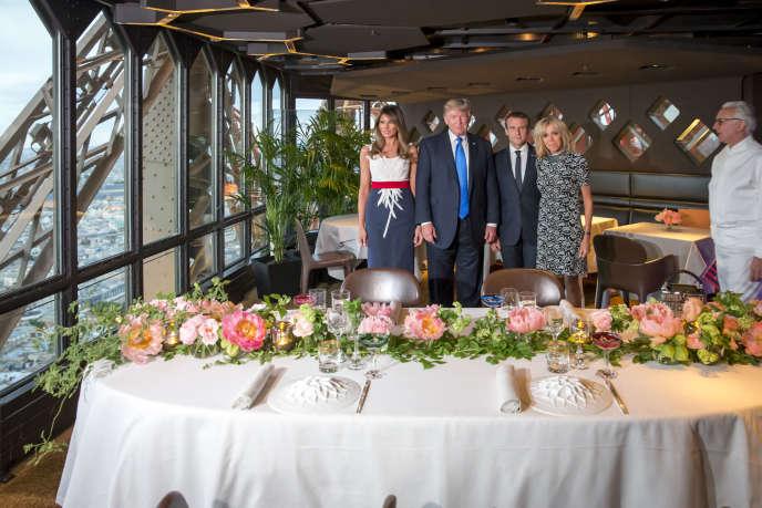 Les couples présidentiels Macron et Trump dînent au Jules Verne, restaurant du chef Alain Ducasse au second étage de la tour Eiffel, le 13 juillet.