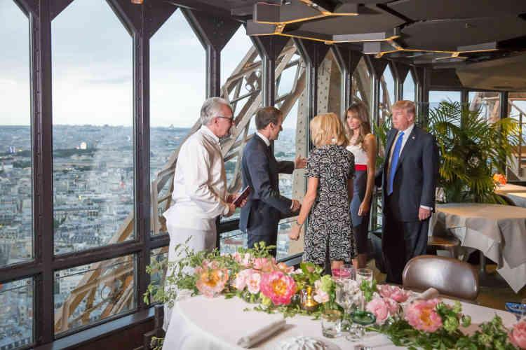 Après le passage à l'Elysée, les couples présidentiels Macron et Trump ont dîné, jeudi soir, au Jules Verne, restaurant du chef Alain Ducasse au premier étage de la tour Eiffel, à Paris.