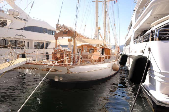 Le yacht de Mohamed Al-Fayed au port de Saint-Tropez, le 28 juillet 2015.