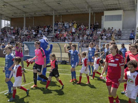 Au pied de la seule tribune du stade Léo-Lagrange, l'ASJ Soyaux Charente et l'ASPTT Albi s'affrontent pour le compte de la dernière journée de D1 féminine. THEOPHILE TROSSAT POUR «LE MONDE»
