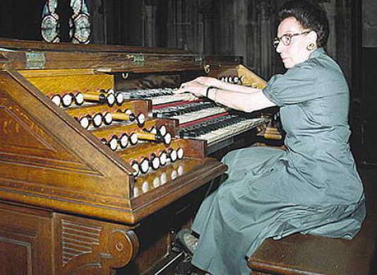 Suzanne Chaisemartin aux claviers de Saint-Augustin.