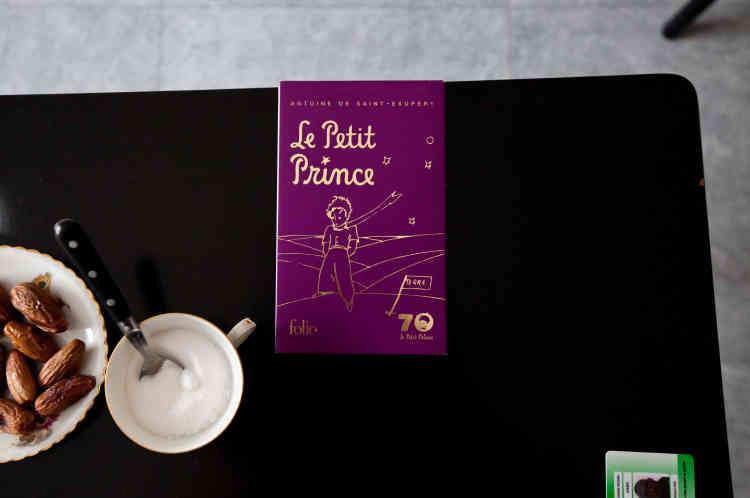 Sur la table du salon d'Ahmed, est posé le «Petit prince», d'Antoine de Saint-Exupéry, qu'il va représenter avec les autres membres du groupes Soudan Célestins Music le 27 juin 2017, à Vichy.