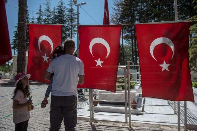 Des passants se recueillent sur la tombe de Omer Halisdemir, en Anatolie centrale. « Martyr » les plus célèbre de la tentative de coup d'état, cesergent de l'armée a été tué alors qu'il tentait de résister.
