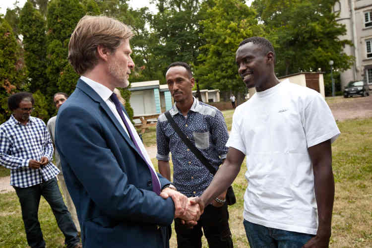 Pascal Brice, directeur général de l'O français de protection des réfugiés et apatrides (Ofpra), salue Ahmed, le 23 juin 2017.