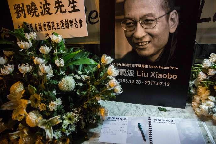 Le livre de condoléances à la mémoire de Liu Xiaobo, installé à l'extérieur du Bureau de liaison chinois à Hongkong, le 13 juillet 2017.
