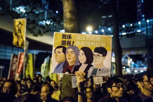 Manifestation de soutien aux députésde l'opposition déchus de leurs fonctions parlementaires pour avoir mal prêté serment, à Hong-Kong le 14 juillet.