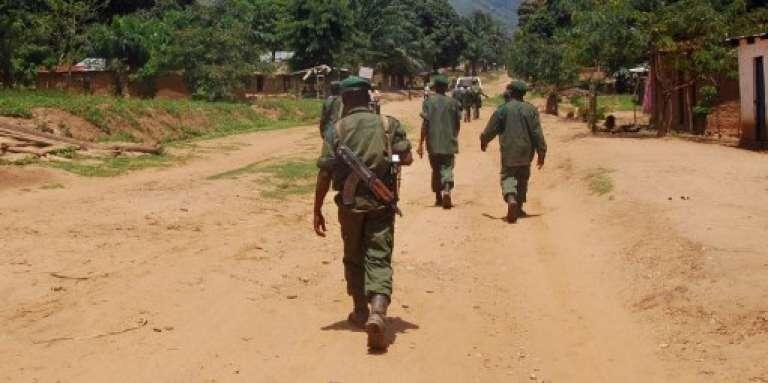 Des militaires congolais en patrouille dans le village de Mboko, dans le Sud-Kivu, en novembre 2009.
