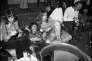 Bobby Keys (à gauche), Keith Richards (endormi, au côté d'Anita Pallenberg) et Bill Wyman (à droite), des Rolling Stones, au Byblos, en 1971.