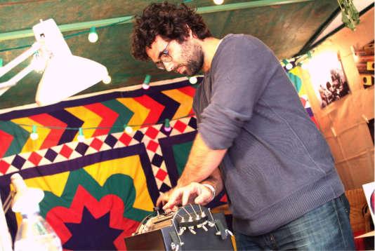 Léo Maurel jouant de sa vielle motorisée