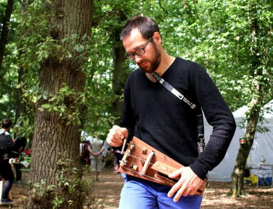 Joël Traunecker avec son prototype de« très petite vielle»