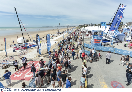 Le retour des marins du Tour de France à la voile, sur la plage de Jullouville le 13 juillet 2017.
