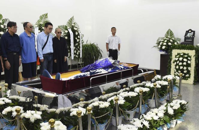 Liu Xia, épouse du dissident, son frère, et les frères de Liu Xiaobo, se recueillent au crématorium, sur cette photo fournie par le gouvernement chinois.