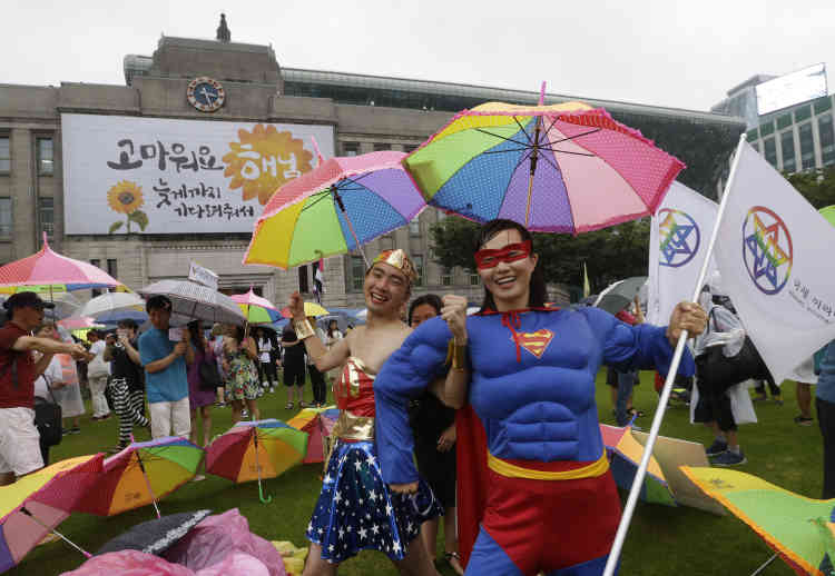 Des manifestants déguisés en Superman et Wonder Woman à Séoul.