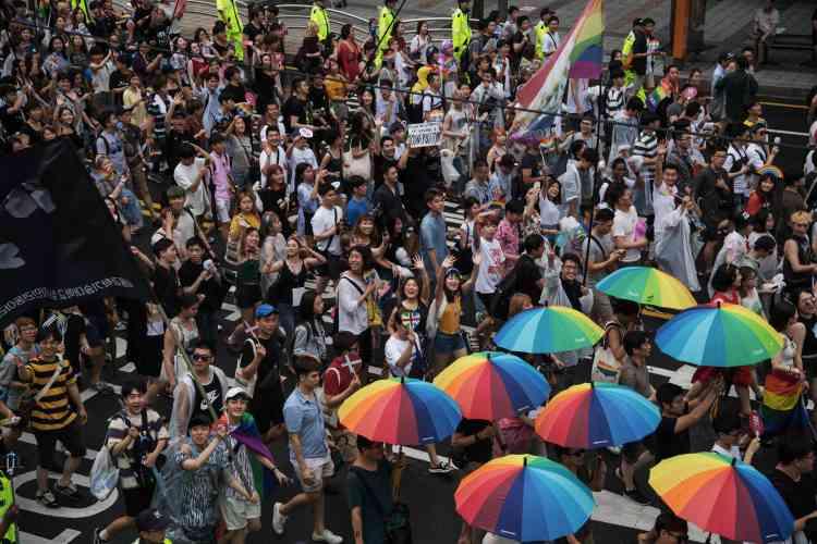 Les chars de la Gay Pride sont partis de la place de l'Hôtel de ville pour gagner le centre de Séoul.