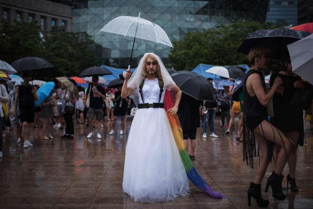 La pluie n'a pas empêché Kevin Kim de célébrer les droits homosexuels, samedi 15 juillet.