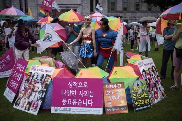 Des pancartes de la Gay Pride. Cette année, la Commission nationale des droits de l'homme de Corée et l'ordre Jogye du bouddhisme coréen ont pris part au défilé.