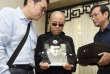 Sur cette photo fournie par les autorités chinoises, Liu Xia, au centre, tient un portrait de son époux, Liu Xiaobo, lors de ses funérailles à Shenyang, dans le nord-est de la Chine, le 15 juillet 2017.