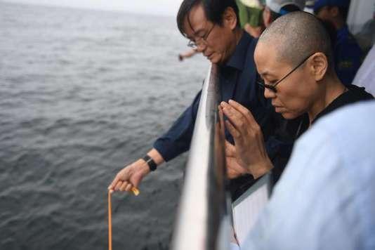 Liu Xia, l'épouse de feu Liu Xiaobo, lors des funérailles du dissident chinois, au large de Dalian, le 15 juillet.