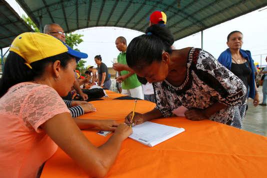 Une Vénézuélienne vote au référendum de l'opposition contre le président Maduro, à Maracaibo, le 16 juillet.