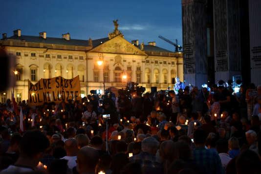 Manifestation contre plusieurs projets de loi réformant la justice en Pologne, dimanche 16 juillet à Varsovie.
