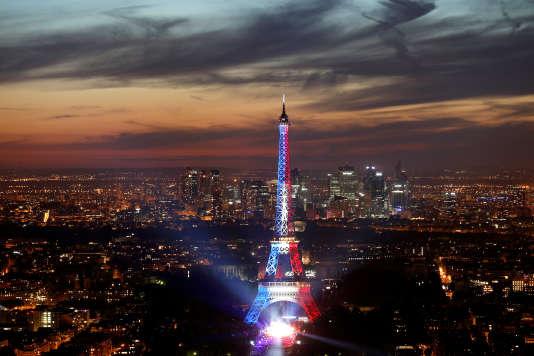 La tour Eiffel aux couleurs du drapeau français à l'occasion des célébrations du 14-Juillet.