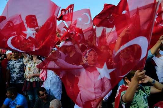 La foule s'est rassemblée sur le pont du Bosphore à l'occasion du premier anniversaire du putsch raté, à Istanbul le 15 juillet.