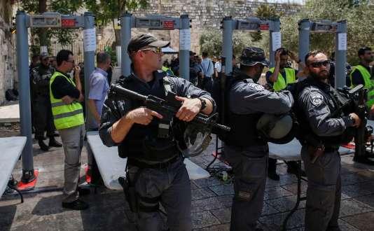 Les détecteurs de métaux installés par les autorités israéliennes, à l'entrée de l'esplanade des Mosquées, le 16 juillet .