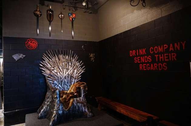 Le «trône de fer» sur lequel posent les fans de la série « Game of Thrones», dans un bar thématique de Washington (Etats-Unis), le 12 juillet.