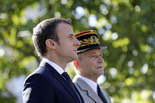 Le président Emmanuel Macron et le chef d'état-major des arméesPierre de Villiers, sur les Champs-Elysées (Paris), le 14 juillet.